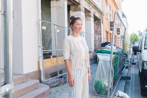 GLEDER SEG: – Det blir fint å komme igang i oktober, sier Julia Kienlin utenfor lokalene til sin kommende arbeidsplass i Torggata 13.