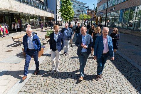 VANDRETUR: Kommunal og moderniseringsminister Nikolai Astrup fikk seg en vandretur gjennom Hamars gater.