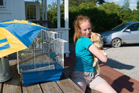 SKILLES: Om noen dager må Linn Syversen skilles fra katten som ble funnet i Ottestadstien. I mellomtiden koser hun seg med Martinsen hjemme, selv om han periodevis viser litt for stor interesse for fugleburet.