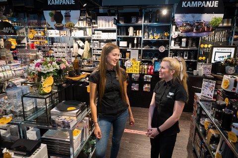 FIN START: Butikkleder Ingrid Forsaa Åbotsvik sammen med medarbeider Emma-Caroline Nystrand og Kitch'n har fått en fin start. på Maxi storsenter.