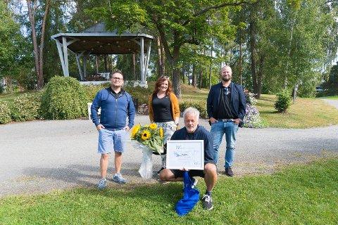 PENGEGAVE: Driftsjef Eirik Skomakerstuen, salgssjef Endre Hult og markedssjef Julie Christiansen fra Waveit sammen med Funkis ILs Vidar Alberti.