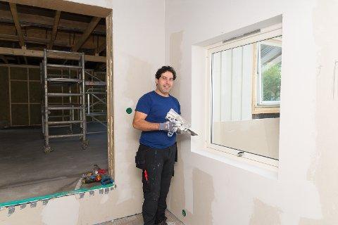 EGET FIRMA: Tarek Kafrouni er igang med firmaet Effect Malerservice. Her er han på oppdrag i en bolig på Hamar Vest.