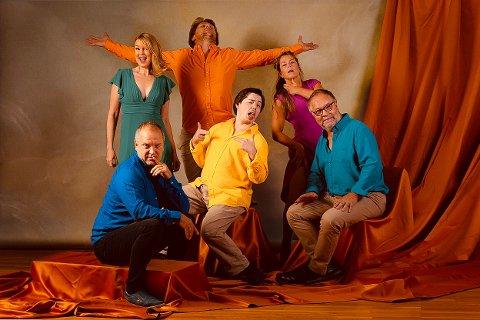 MER LATTER: Hamarrevyen kommer tilbake. Fra venstre: Remo Martinsen, Erlend Nicolaisen og musikalsk leder Fred Dalbakk. Bak fra ventre: Ida Marie Vik, Anders Grobstock Dalen og Anne Persdotter Flugstad.
