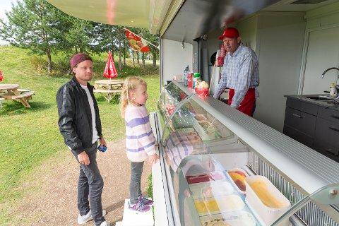 GODT SALG: Georg Vatnøy har solgt is for 800.000 kroner siden 17. mai. John Johnstad og Thea Lersveen testet Hamar Bryggeri Isbar første gang mandag.