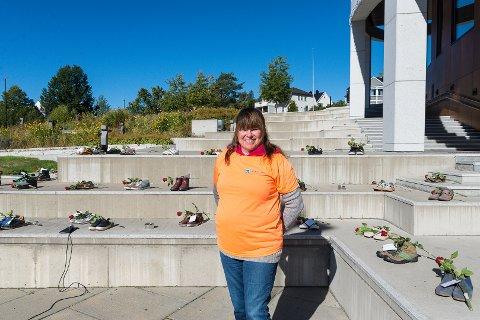 STERK MARKERING: Ruskonsulent Vigdis Jensen holdt appell som hun hadde skrevet sammen med en rusmisbruker. I bakgrunnen står skoene som symboliserer overdosedødsfallene i Hedmark.