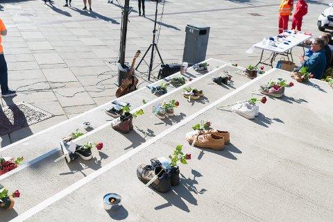 DØDE: 40 sko som illustrerer de som døde av overdose i Hedmark de siste fem årene.
