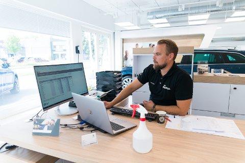 STATISTIKK: Salgssjef Geir Aasen gleder seg over tallene som dukker opp på skjermen over nybilsalget i Hamar.