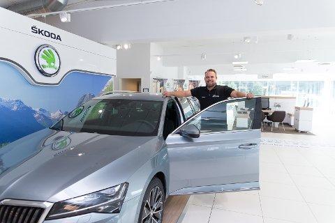 TOMT: Salgssjef Geir Aasen hos Møller Bil Storhamar har bare demobiler å vise fram. De andre bilene på lager er solgt.