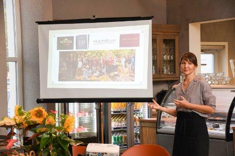 Sjokoladeekspert: Aleksandra Zhar har gjort sjokolade til levebrød.  Torsdag kveld holdt hun foredrag og serverte smaksprøver på Bakeriet i Brumunddal.