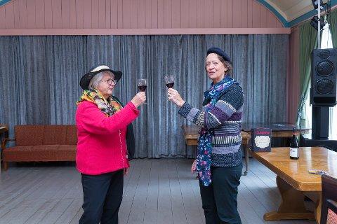 GLEDER SEG: Venninnene Sigrid Lindstad og Mieke Taverne gleder seg til forestilling med Hege Tunaal.
