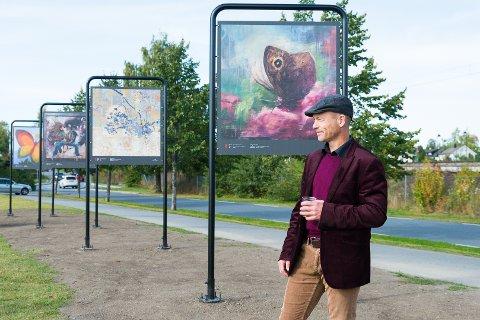 PÅ KOIGEN: – Fint å vise kunsten på denne plassen, sier kunster Roar Kjærnstad foran sitt verk «Sommerfuglens skjeber».