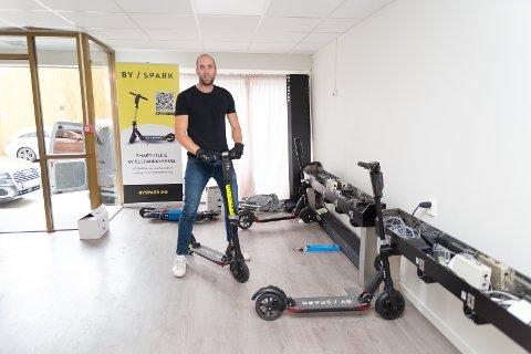 STARTET: Denne sommeren startet Tom Jarle Melby opp med sparkesykkelutleie gjennom firmaet Byspark Hamar.