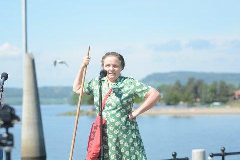 ANNERLEDES BYVANDRING: I sommer kan få en guidet tur i Hamar med Tante Gerda som bylos. Det er Kirsti Hougen som gestalter rollen som Gerda Lindmark og hun lover en byvandring litt utenom det vanlige.