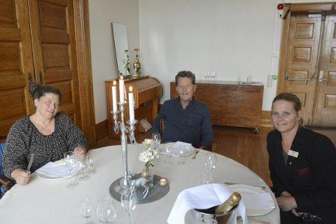 NYTT SAMARBEID : I år kan man få revy, lutefisk og overnatting under samme tak takket være det nye samarbeidet mellom Inga- Live Kippersund (Hamar Teater), Oddvar Hemsøe (Lutefiskfestivalen) og Trine Larsen (hotelldirektør på Victoria hotell).