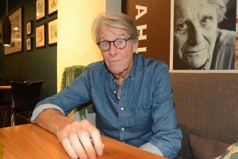 MILEPÆL: Tirsdag fylte Knut Faldbakken 80 år og det er noe han har øvd seg på å si en stund. Han synes 80 er et forferdelig tall og mener at det ikke er noe sjakktrekk å være så gammel om man vil ta del i debatter.
