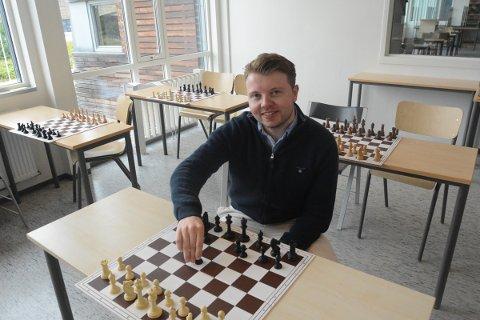 IMPONERT: Den ferske norgesmesteren i sjakk Kristian Stuvik Holm er denne uka lærer på Sjakkskolen som er en del av Hamar kommunes Sommerskole, og 23-åringen er imponert over ferdighetene og engasjementet til elevene.