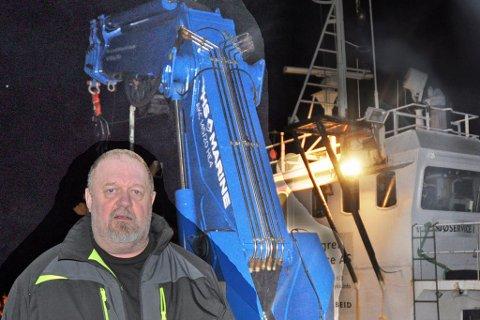 """HOLDER UT: Covid 19 tok ikke knekken på Tom Holmgrens dykkerselskap i Neverfjord. Her foran arbeids- og boplattformen """"Sjøeservice 1"""" - bedriftens mest sentrale arbeidsredskap. Kranen i bakgrunnen er ny og kan løfte hele 100 tonn."""