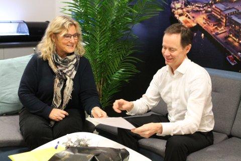 ENDELIG: Wenche Stensvoll og Øystein Rushfeldt er glade for å få signert den endelige kontrakten.