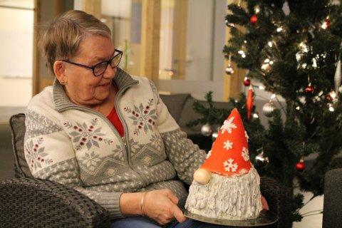 ER DET SPISELIG?: Den lille oppmerksomheten er i form av en håndlagd kake fra Elena Andreeva. Den er lagd av kirsebær og sjokolade, og er 100% spiselig.
