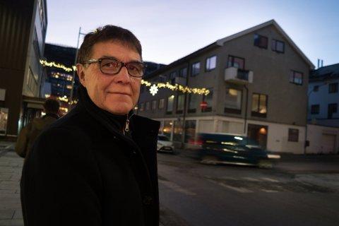 SØKER: Nissen Hammerfest Senter AS søker om å rive og bygge nytt på tomta du ser i bakgrunnen. - Vi kommer ikke innenfor de tekniske kravene uten store ombygginger, sier daglig leder Per Arne Andreassen.