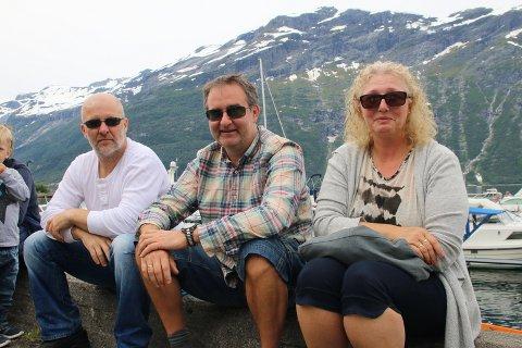 KOSA SEG I FINT VÊR: Olav Nomeland, Stefan Austad og Gunn Austad.