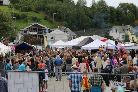 MYKJE FOLK: Årets festivalområde ved kaien er i år utvida, det kan arrangørane vera glade for. Det er nemleg truleg rekordmange besøkande.
