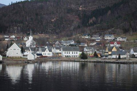 Jondal sentrum. Hardanger, Jondal kommune, ferje. Jondal kyrkje.