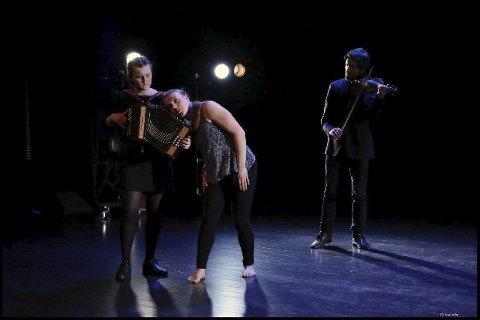 Samspel: Dansarar og musikarar i ei framsyning på Riksscenen med eigekoreografert dans til eigenkomponert musikk. Amalie Kinsarvik Tvilde med toradar. Foto: Knut Utler