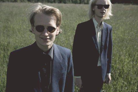 Hans og Rasmus Kjørstad spelar på Utne i kveld.