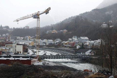 NY BRU: Arbeidet med ny bru er i gang. Nordøst for brua er det bygget en gangvei med steinmur.