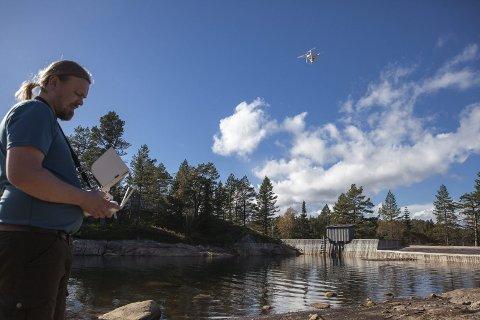 Draumedag på jobb: Dag Endre Opedal er i Aust-Agder for å dokumentera Longeraksdammen med drone.   Foto: Stig Norhelle/NVE