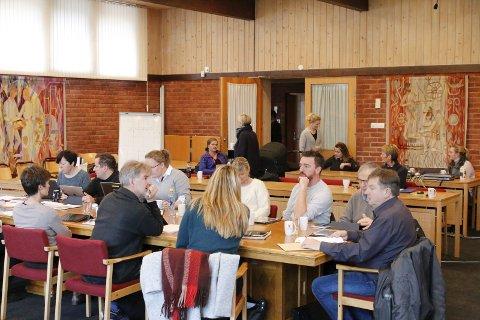 Handfull: Ei handfull interesserte møtte fram for å følge diskusjonen i formannskapet måndag.