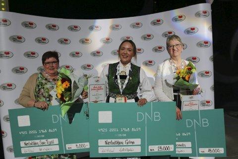 Best: Siri K. Aarekol(i bunad) og Nærbutikken i Grimo ikk prisen for «Beste sosiale møteplass» under Kjøpmannsdagene i Oslo.