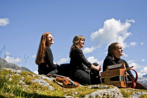 Felefylgje med travel turné: Åshild S. Ljones, Marta Lindvik og Amalie Kinsarvik Tvilde.