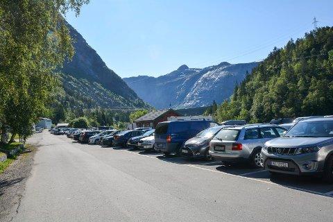 Full parkeringsplass i Skjeggedal onsdag, då det vart registrert dagsrekord i antall passerande i Gryteskaret.