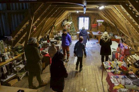 I låven: Seljarane gjer seg klare før marknaden startar. I løpet av nokre timar strøymde fleire hundre personar til marknad i Øvre Eidfjord, søndag 25. november. Alle foto: Privat