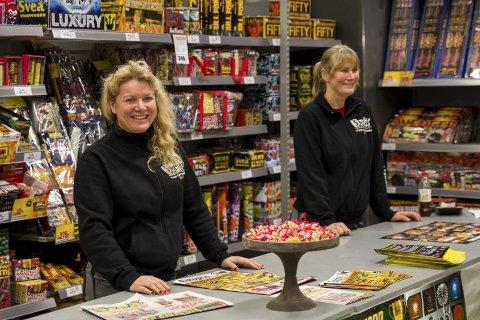 Stor pågang: Innehavar Agnes Iren Lothe og Solveig Lothe har merka stor pågang sidan fyrverkerisalet starta torsdag.