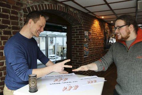 En, to, tre: Joakim Sørå tester ut «Stein, saks, papir»-teknikker på Tommy Tverdal.  – Over tid er det den beste som vinner, forklarer Sørå som har hentet inn eksperttips fra tidligere norgesmestre.