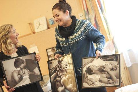 Veggpynt: – Vi jubla av glede då de ville komma til oss med bilde, seier jordmor i Odda, Hjørdis Ingeborg Bleie (til venstre). Eva Rose til høgre.