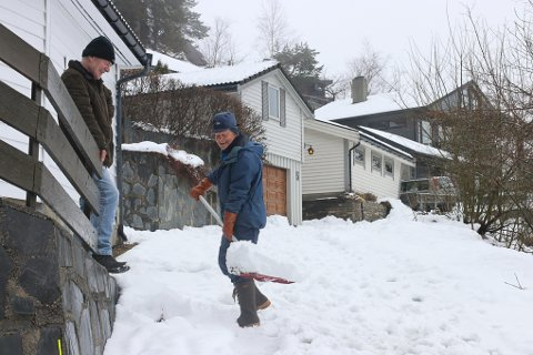 Arild Sørnes og Erik Grindheim (med spaden) har en stri jobb med å spa frem vegen opp til garasje og hus på Hetleflot.