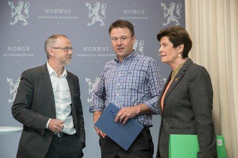 Departementsråd Leif Forsell, leder i Norges Bondelag Lars Petter Bartnes og leder i Norsk Bonde- og Småbrukarlag, Merete Furuberg.