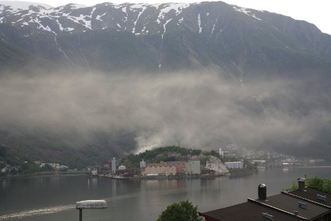 """Sky: Et røykutslipp førte tirsdag kveld og onsdag morgen til at det ble en godt synlig """"sky"""" over sinkverket Boliden."""