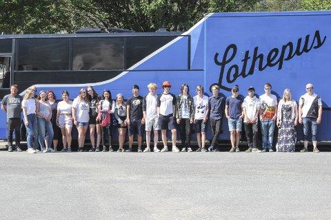Turnébuss: Lothepus stilte med buss, og Terje Sekse som har køyrd bandet i turnèbussen tidlegare, er med som frivillig sjåfør. Randi donerte Lothepus-solbriller frå nettbutikken til alle elevane.