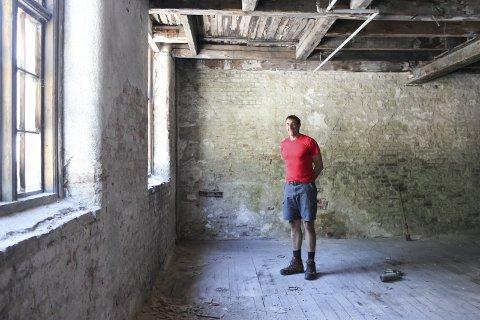 Dunkelageret: Leif Spørck har kjøpt Dunkelageret på Smelteverkstomta. Han vil bevara mest mogleg av historia i bygget.