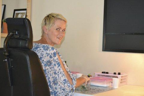 HAR MS: Tone har MS og nyttar rullestol for å kome seg rundt på kjøkenet, der ho sjonglerer kjelar med varm dropsmasse med stødig hand. Foto: Mari Hansen