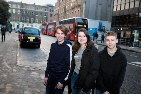 – Kjekt å få reisa til England som representantar for den norske skulen, smiler trioen Jone Haara, Sonja Wunderlich og Martin Augestad Nysveen. Bilete er teke like utanfor University College London, rett i nabolaget til British Museum.