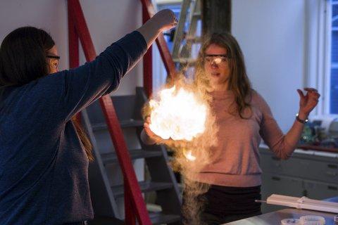 Flamme: Signe Bondhus-Jensen og Ida Maage Elstad er godt i gang med planlegginga av Kreativ kraftlab i starten av mars. – Vi må iallfall prøve å sette fyr på noko, seier Maage Elstad. Foto: Sondre Lingås Haukedal