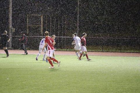 Vått: Det pøsa ned på stadion under kampen mellom OFK og NHH 3. Foto: Inga Øygard Jaastad