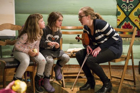 Formidlar: Hanna Hauso Flesjå og Mathilde Kråkevik lærar om hardingfela av Johanna Mjeldheim. Arkivfoto: Arja Wiik-Hansen