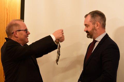 Ny ordførar i Eidfjord, Anders Vatle (Sp), har fått både ordførarkjedet om halsen og nøkkel til kontoret av onkelen sin, Anved Johan Tveit (Sp).